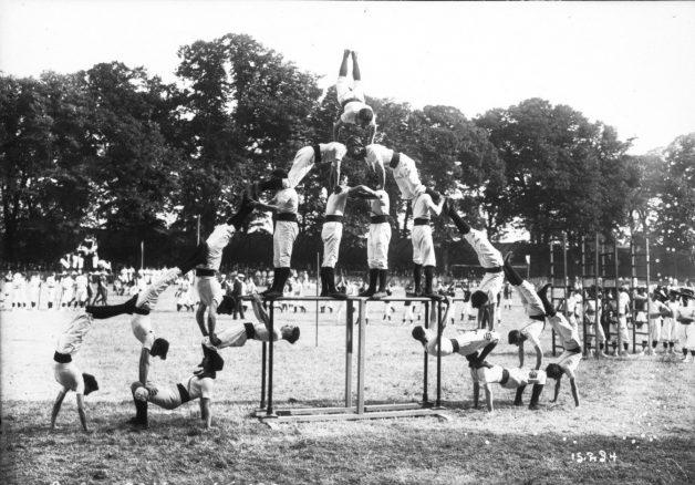Gymnastics+competition+human+pyramid