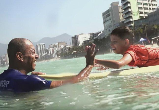 O carioca pobre que dá aulas de surf gratuitas e lembra que há muito mais na favela do que pobreza e crime