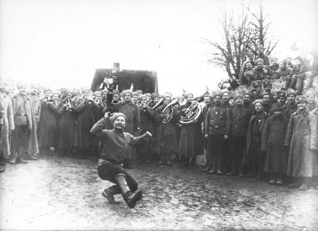 Russian-guardsmen-having-fun-and-dancing