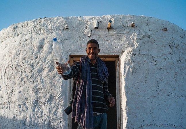 Refugiado constrói 25 casas feitas de garrafas de plástico