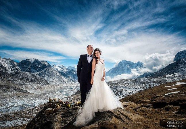 Após 3 semanas escalando, eles se casaram no Monte Everest