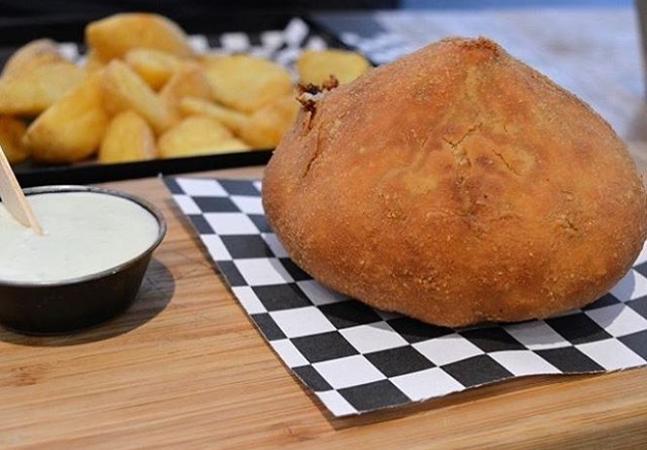 O hambúrguer de coxinha é a prova de que a criatividade do brasileiro não tem limite