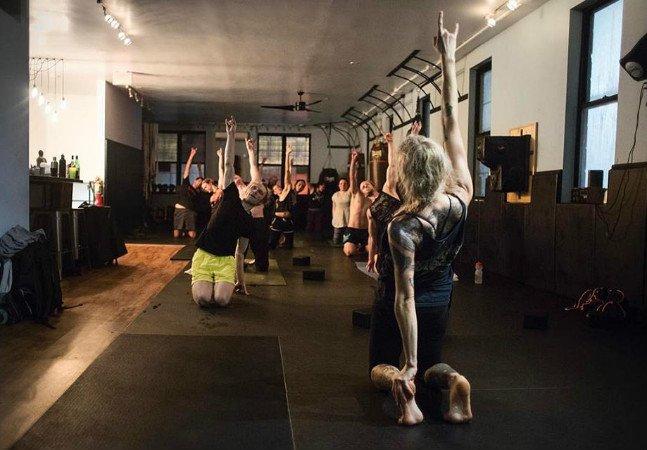 Sim, o Heavy Metal Yoga existe e é tão intenso que você, de uma maneira ou de outra, acaba relaxando