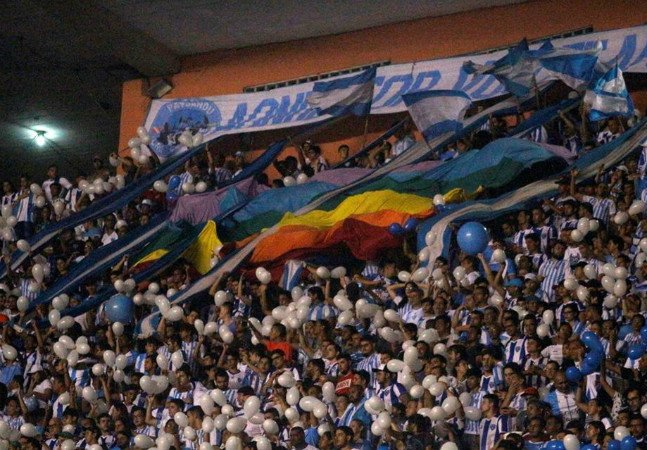 Torcida abre bandeira LGBT em estádio como pedido de desculpas por grito homofóbico