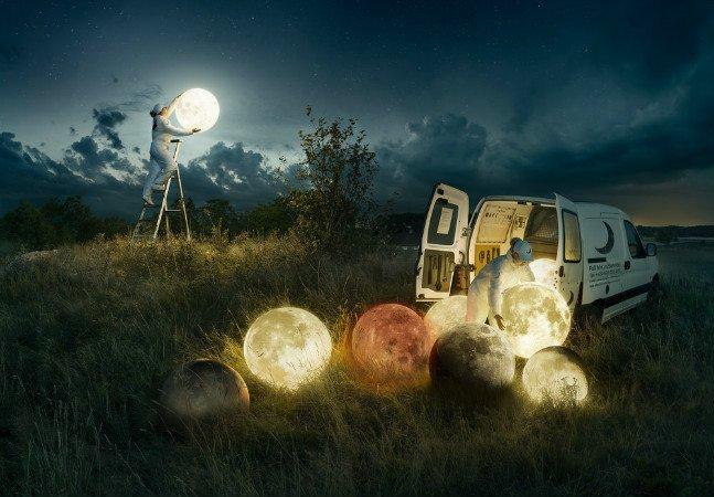 Fotógrafo cria composição maravilhosa que simula a lua cheia sendo trocada