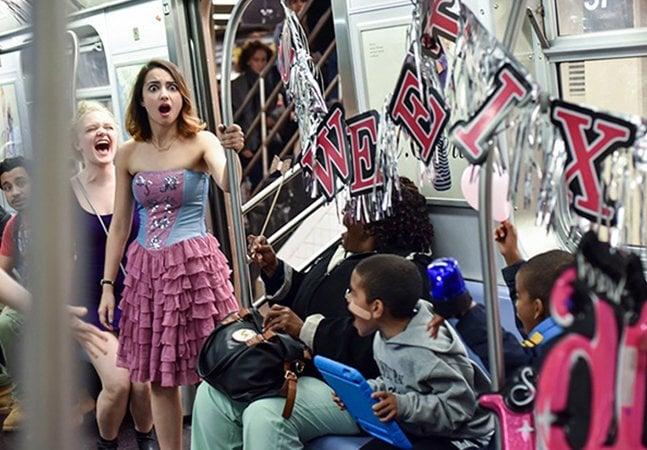 Amigos invadem o metrô de NY para fazer uma festa surpresa, e o resultado é maravilhoso