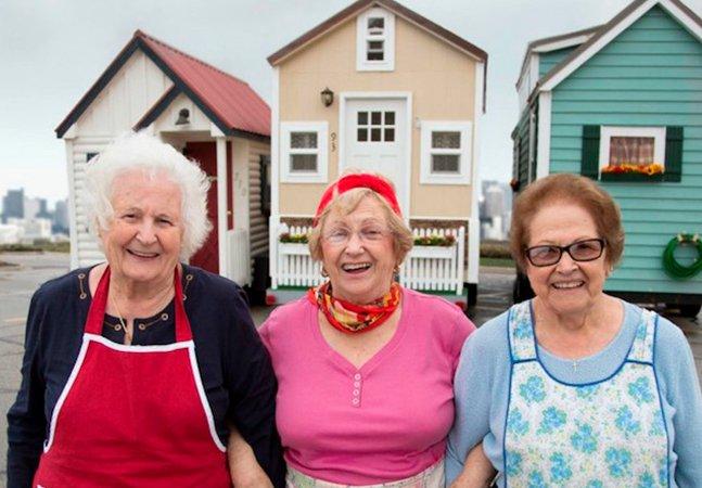 As pessoas idosas que estão comprando pequenas casas para viver seus anos dourados em paz