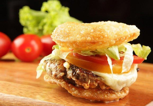 Esse bar carioca acaba de inventar um hambúrguer de pastel