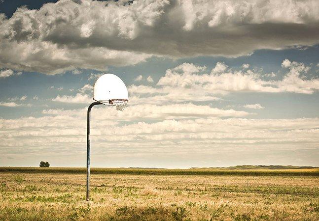 As histórias reais ou imaginadas por trás dessas quadras de basquete abandonadas