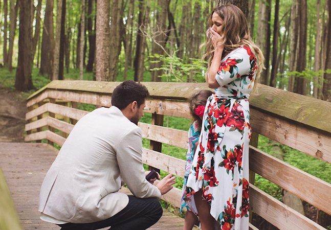 O maravilhoso momento em que um homem 'pede a mão' da filha de 5 anos de sua noiva