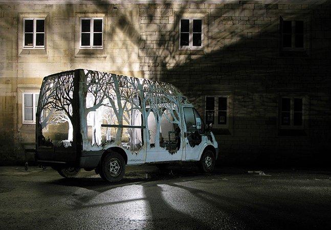 Artista transforma van velhinha comprada no eBay em uma incrível floresta móvel