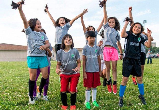 Garotas de time de futebol cortam cabelos para protestar e apoiar jogadora confundida com menino
