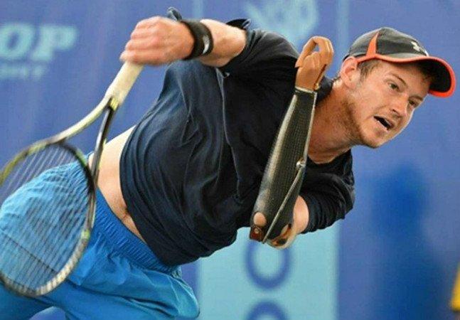 Sem um braço, Alex Hunt é o primeiro tenista com esta condição a pontuar no ranking profissional
