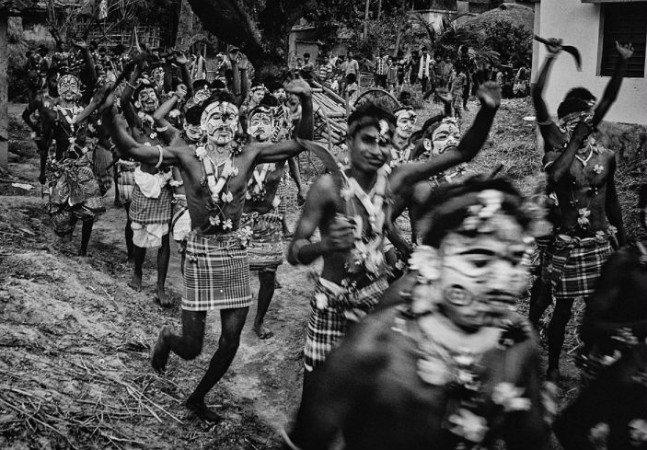 Fotógrafo registra os surreais rituais da tribo indiana que 'dança com os mortos'