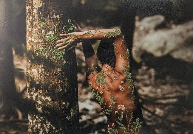 O corpo nu se une ao bordado no incrível trabalho fotográfico da brasileira Aline Brant