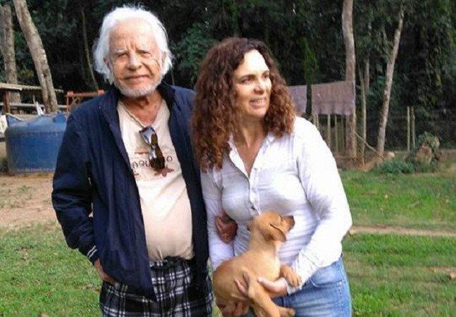 Esta foto de Cid Moreira barbudo adotando 3 cachorros é maravilhosa