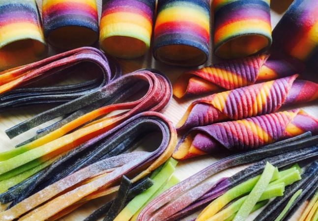 Ela transforma massas em obras de arte coloridas e deliciosas