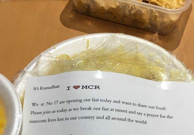 Moradores de Manchester recebem gentileza de muçulmanos durante o Ramadã