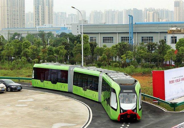 A nova tecnologia chinesa em que os trens andam sobre linhas pintadas no chão