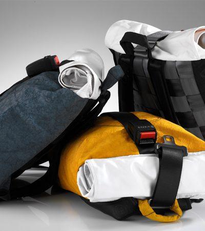 Dupla se une para criar mochilas estilosas feitas de partes de carros velhos