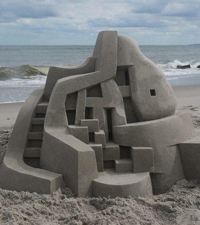 Usando apenas areia e água ele esculpe impressionantes castelo modernistas