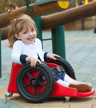 Pai desenvolve cadeira de rodas infantil que devolve autonomia à filha com paralisia