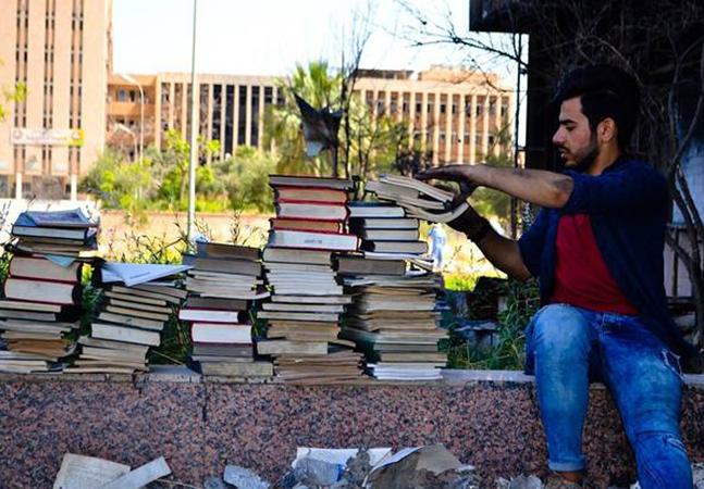 Pessoas do mundo inteiro estão enviando livros pra botar novamente de pé uma biblioteca destruída pelo ISIS