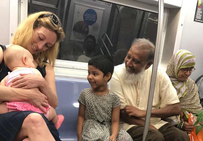 Foto tirada no metrô de NY viraliza ao mostrar o verdadeiro sentido da 'grandeza' que os EUA podem ter