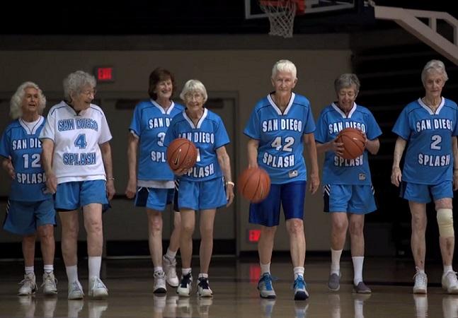 Tente não se encantar com esse time de basquete em que todas as jogadoras têm mais de 80 anos