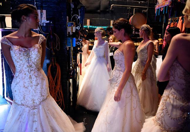 Mulheres oferecem seus vestidos a noivas que ficaram na mão com falência de loja