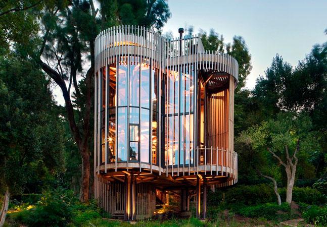 Esta casa circular e vertical no meio da floresta foi inspirada pelas árvores