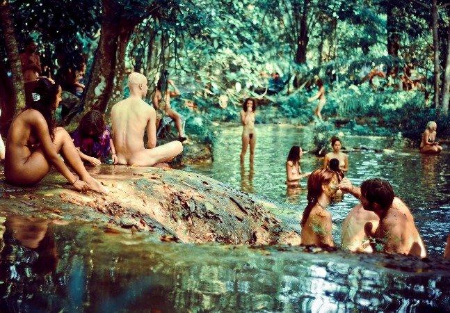 A comunidade hippie que se reúne para celebrar o amor em florestas remotas pelo mundo
