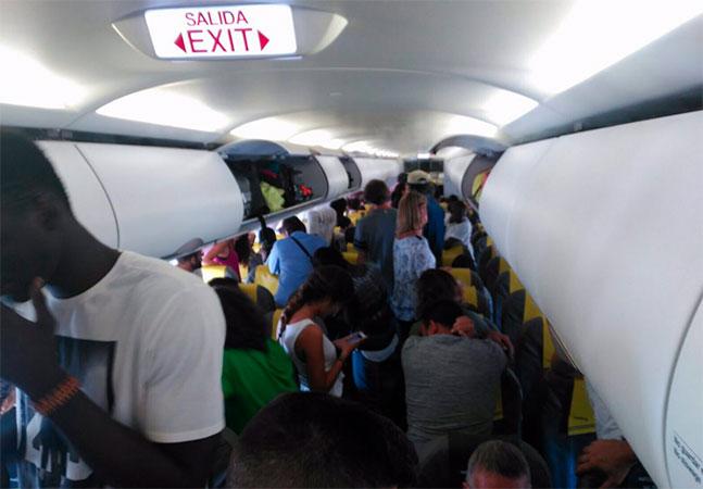 Passageiros fazem motim em avião para impedir deportação de senegalês