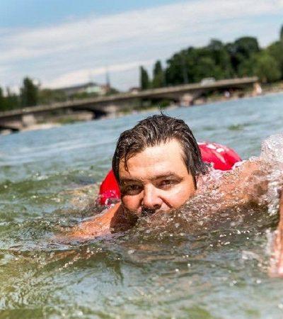 Homem faz de tudo para evitar o trânsito: até nadar todos os dias para o trabalho