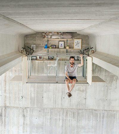 Designer autodidata constrói incrível estúdio secreto na parte inferior de uma ponte