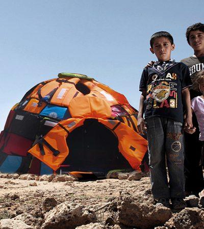 Garoto de 16 anos cria iglus a partir de coletes salva-vidas para chamar atenção para as condições de vida de refugiados