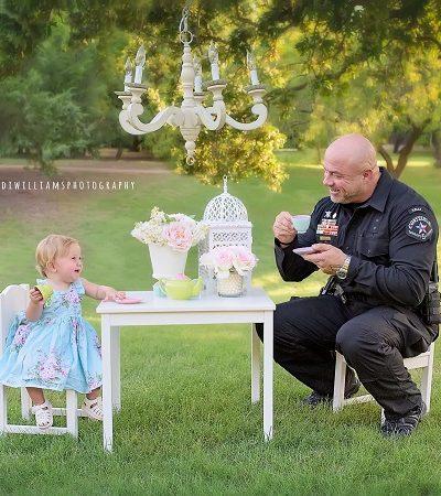 Policial celebra aniversário da bebê que ajudou a dar à luz em festa maravilhosa
