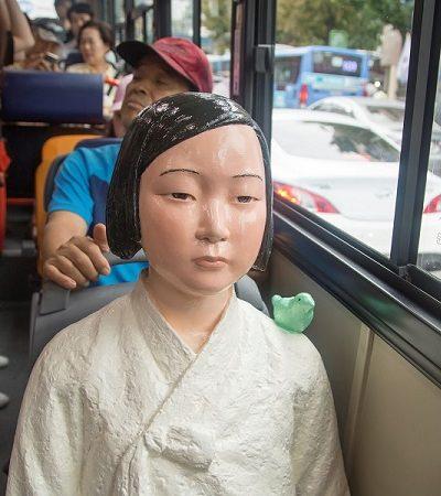 Coreia coloca mulheres de plástico em bancos de ônibus e gera polêmica