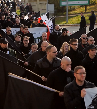 Essa pequena vila encontrou a melhor forma de usar marchas nazistas por uma boa causa – sem eles saberem