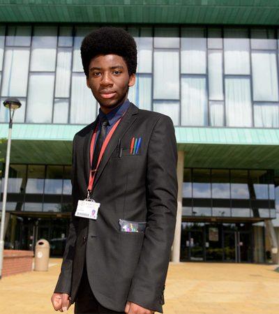 Ele foi adotado em um orfanato em Zimbábue, virou um gênio na Inglaterra e agora pode ser deportado e perder sua vaga em Oxford