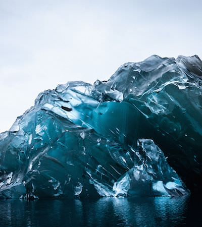 Exploradores encontram iceberg de cabeça pra baixo, e ele é de um azul luminescente raríssimo