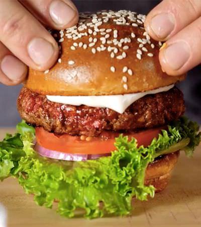 Por dentro da fábrica do hambúrguer vegano que sangra