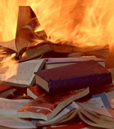 Livraria carioca realiza 'queima de livros' em resposta ao cancelamento da mostra LGBT