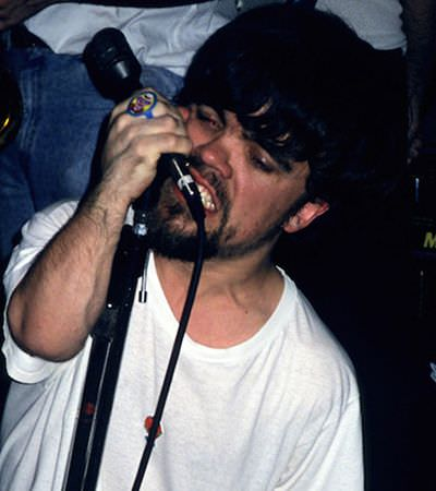 Série de fotos rara mostra Peter Dinklage enquanto líder de uma banda punk rock nos anos 90