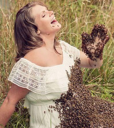 O assustador álbum de maternidade dessa mulher rodeada por um enxame de abelhas foi feito por um bom motivo