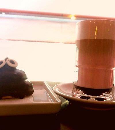 Neste café em Porto Alegre você pode comer rosquinha de cocô e tomar café rosa
