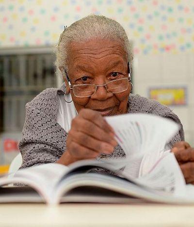 Aos 99 anos, Dona Norberta está aprendendo a ler e escrever em escola de Salvador