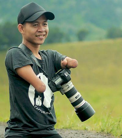 Ele nasceu sem braços e pernas. E é um dos grandes fotógrafos da Indonésia