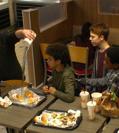 Reação das pessoas ao ver jovem sofrendo bullying é exposta em ação do Burger King