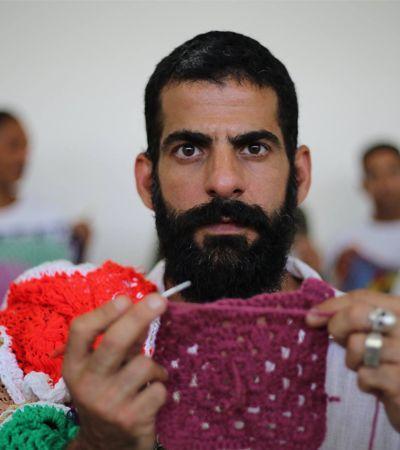 Ele decidiu ressocializar detentos de presídio na Grande SP ensinando crochê